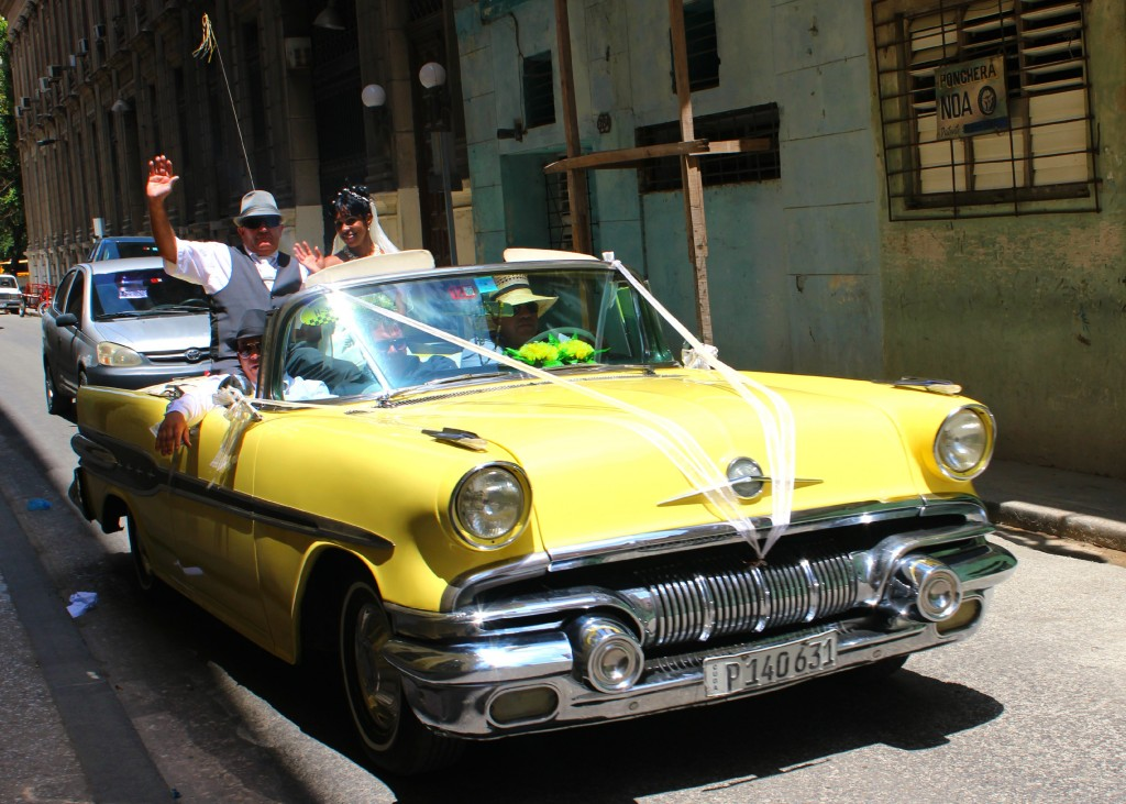 Wedding Couple in Cuba Havana Classic Cars