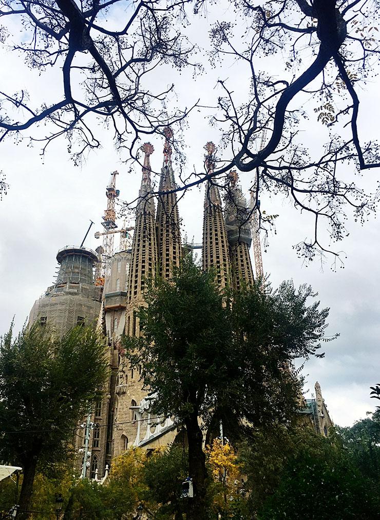 la-sagrada-familia-cathedral-christmas-market-barcelona-wll